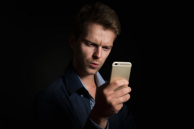 barbat-folosind-un-smartphone